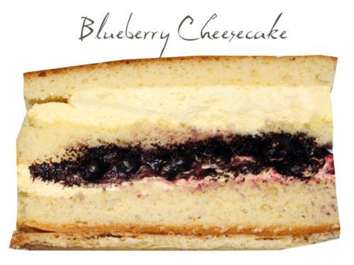 Frischkäsecreme auf fruchtigem Blaubeerpüree, hellem Biskuit und knusprigem Keksboden.